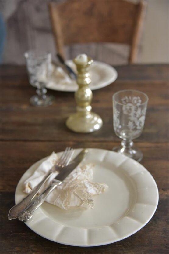 Smukporcelænstallerken ien lækker creme-hvid farve