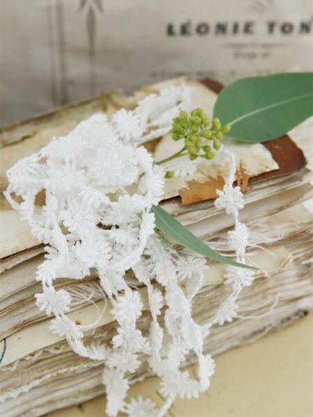 Bånd med blomster - hvid - B.1,3 cm