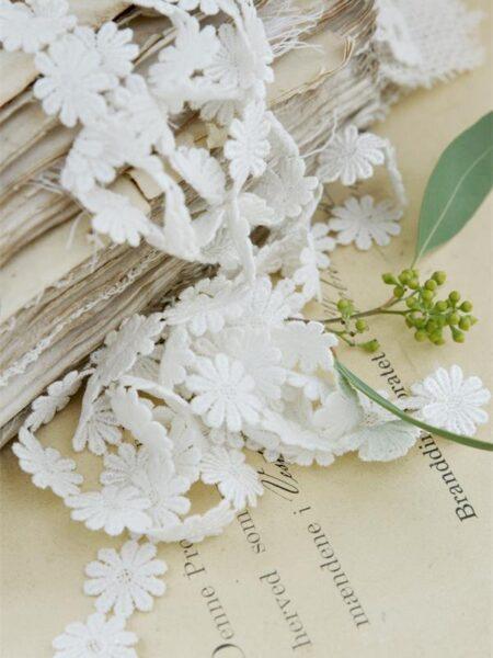 Bånd med blomster - hvid - B.2 cm