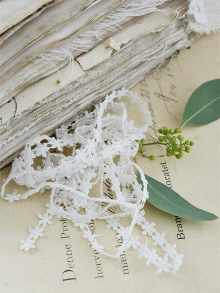 Bånd med små blomster - hvid - B. 0,8 cm