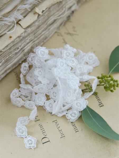 Bånd med små blomster - hvid - B. 1,2 cm